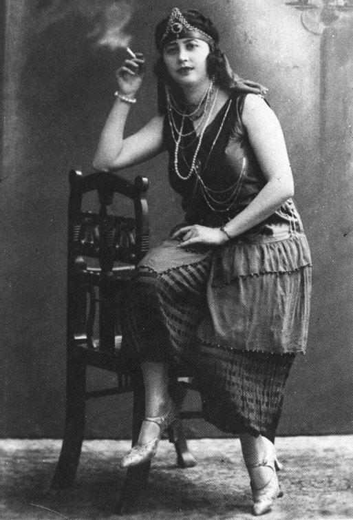 tanara imbracata in costum de bal mascat, Timisoara 1920-30