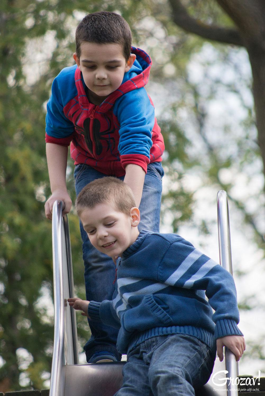 Alex si Radu, diagnosticati cu autism, jucandu-se in parc